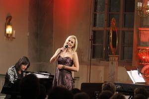 Robert Wells och Sofia Källgren bjöd på både musik och humor.