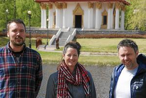 Magnus Gunnarsson, Gun-Marie Persson och Robert Falk, framför Thailändska paviljongen i Utanede.