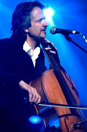 Cello är bara ett av alla instrument som Ray Cooper trakterar. Under sina konserter växlar han mellan ett flertal.