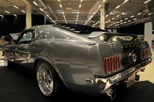 En Mustang Fastback stod grå och grann i uppvisningshallen.