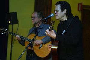 James Hollingworth och Jojje Wadenius bjöd på bra musikunderhållning i Kusten i Bredsand.