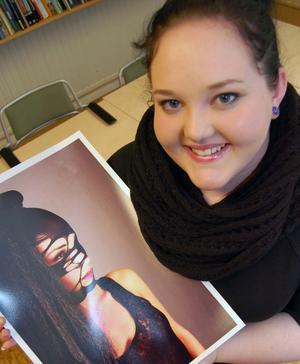 Carolin Bäcke, Malung, presenterar bildmässigt en suggestivt svävande svart modestämning på sin modell.