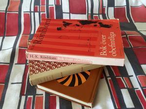 Böcker med tyg: Gillar du 1950- och 1960-talets lugnare berättarstil? HK Rönbloms deckare, rätt okända nuförtiden, är i så fall ett fynd. Maria Lang är förstås klassiker från tiden.Boken underst,