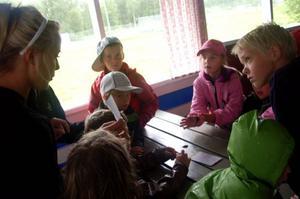 Linn Lunnehed förklarar att barnen ska bilda ett ord av bokstäverna de fick fram på tipsrundan.