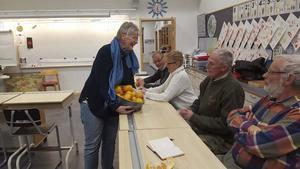 Viveka Ståbi, ordförande för FärilaRådet, bjuder åhörarna på frukt.