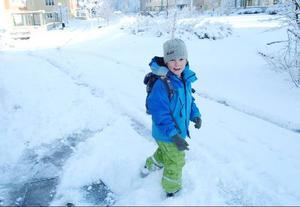 Hampus Löf, snart 7 år, tycker alltid det är kul med snö. Ljust och fint blev det också.