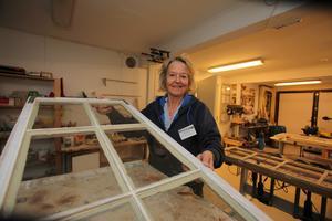 Fönsterrenovering. I verkstaden leder Aina Öhman reparations- och renoveringsprojekt av gamla fönster.