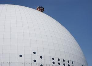 Västeråskonstnären Mikael Genbergs satte en röd liten stuga på Globen. Men hans mål är ännu mer högtflygande, han vill placera en stuga på månen!