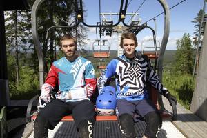 Tim Hedman, Forsbacka, och Hampus Jonsson, Sandviken, är redo för en nio veckor lång Europaturné med downhillcykling varenda dag på schemat.