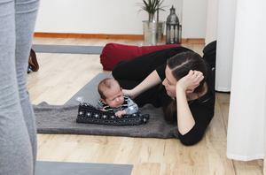 Det kan vara jobbigt att träna nacken. Elvis Dahlberg, 7 veckor, följer med mamma Lise Svelander på mammayoga.