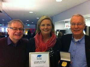 Matambassadören Fia Gulliksson fick på lördagen ta emot Norrlandsförbundets hedersbelöning. Håkan Larsson och Tage Levin båda från Norrlandsförbundet, hade glädjen att dela ut priset.