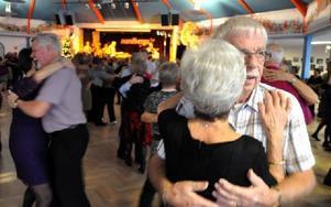 Det är dans med känsla hos PRO. Bosse Jonsson är i stort sett på alla danser. Här till höger med Greta Trädgårds. Foto: Christer Nyman