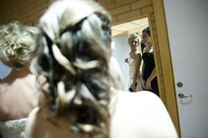 Hanna Elfsson och Elin Kanerva tar en sista koll i spegeln innan minglet.