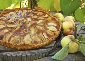 Fransk äppelpaj avrundar middagen på ett värdigt sätt. Bjuds helst ljummen med iskall vispad grädde.