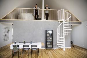 De har varit ett par i knappt tre år och under den tiden har de renoverat två lägenheter och byggt ett hus på Krokviksberget på Alnö. För några veckor sedan flyttade Alexandra Frank och Erik Karlsson in i sitt nybyggda hus.
