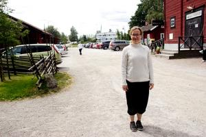 Malin Andersson, verksamhetsledare på hembygdsgården i Västanfors, hoppas på stor uppslutning på midsommarafton. Samtidigt menar hon att det är ont om parkeringsplatser för besökare som tar med sig bilen.