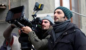 Gabriel och Emil arbetar under ett filmarbete.