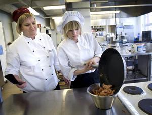 Läraren Irene Söderling och Moa har koll på att det blir rätt stekyta på falukorven.BILD: HÅKAN EKEBACKE