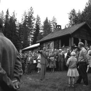 Ciceron. Mora-Nisse brukade guida gäster från Mora turistförening i Hökbergs fäbodar på 60-talet. Foto:WillePersson/Sam Lawson