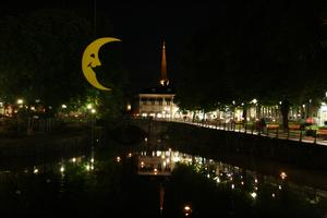 Var ner på kulturnatten i Västerås och fick med mig denna festliga nattbild hem. Det är inte så ofta man ser månen så här glad på natten.