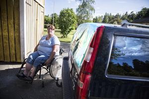 Maria Pettersson behöver ofta åka på läkarbesök. Maken Håkan fick dammsuga rullstolen, bilen och uppfarten för att få bort glassplittret.