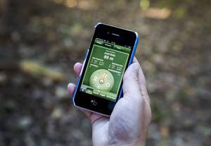 Med hjälp av mobilappar och GPS kan man lokalisera gömmorna.