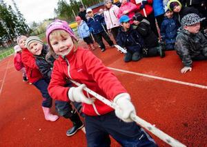 Elin Engström, snart 7 år, från Aspås tog i med alla krafter när det var dags för dragkamp.Ida Bergström, 6 år, från Aspås hoppade snabbt fram i säckhoppsstaffetten.   Foto: Ulrika Andersson