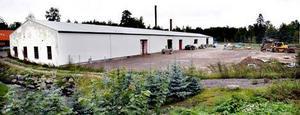 Den vita plåtfasaden på Fjäderfabriken i Älvkarleö Bruk sattes upp utan bygglov i strid med områdesbestämmelserna. Nu ska kommunen göra en ny detaljplan för området.