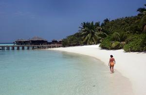 Avlägset. Ögruppen Maldiverna är ett avlägset resmål för dem som dels har råd och dels klarar långa flygresor. Men även på kortare avstånd finns åtminstone vårsol och grönt gräs. FOTO: SCANPIX