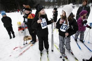 Wilma Låwar och Signe Bengtsson, 11 år, har just klarat av första varvet på Barnens Vasalopp. Nu tar de en paus och dricker lite blåbärssoppa.