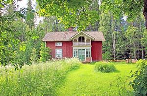 Denna skogsgård i Järbo består av drygt 42,7 hektar mark, har två torp, garage och utsikt över åkermarken.