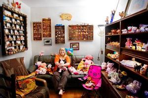 """Britt-Marie Olofsson har funderat på att packa ner grisarna. """"Men jag vet inte det är ju så mysigt att sitta och titta på dem"""" säger hon.Foto: Ulrika Andersson"""