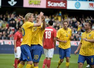 Ola Toivonen gratuleras av Zlatan Ibrahimovic efter 1-0-målet.