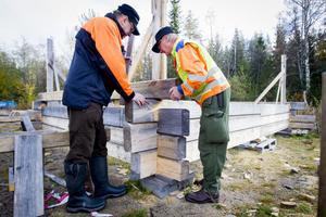 Noggranna mätningar krävs för att stocken ska hamna på rätt plats. Allan Friberg, till vänster, och Christer Eliasson mäter in stockens läge.