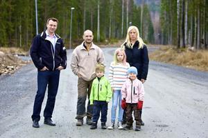 Adam Hellman, Reijo Järvi, Madeleine Meander och barnen tycker att det är självklart att gatorna ska asfalteras. Bland annat med tanke på att Laggarudden numera räknas som tättbebyggt område och att tomter här ute är betydligt dyrare än på exempelvis Knutsbo.