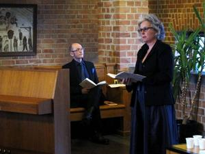 Birgitta Lillpers hade gjort urvalet när hon och Peter Lucas Erixon på torsdagen gjorde en ovanlig diktuppläsning i Rådhusets övre trapphall, vardagligt, bitskt och humoristiskt om vartannat.