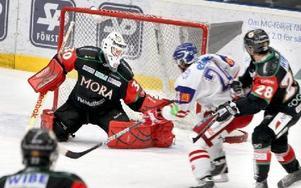 STABIL. Moras unge målvakt Daniel Hansen blev nyckeln till 4-3-segern mot Oskarshamn.FOTO: CURT KVICKER