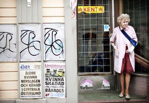 Signe Olofsson fick hänga upp löpsedalar som handlade om henne själv.