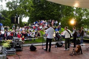 Mycket folk. Roger Hall uppskattade att det var några hundra som kommit till Liljeqvistska parken för att lyssna på Jigs Un'reel. Foto:Jan Dalevall