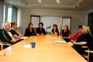 Längst från höger Lena Tengerström och Monica Johansson fackliga företrädare som fick ett klart besked från medlemmarna i samband med ett informationsmöte. — Säg nej till fler arbetsuppgifter var budskapet.