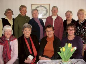 Nöjda väverskor, Irmelin Gunnarsson är nr 4 från vänster i övre raden. Bild: Stig Eklund.