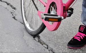 Spåren i asfalten är på flera ställen så breda och djupa så cykeldäcken går ned i dem.