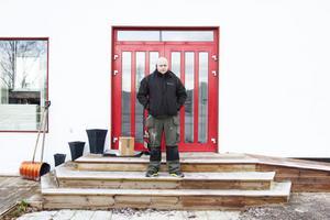 Mattias Kalliokoski, vd Dalarnas VVS AB, öppnade sin nya butikslokal under tisdagen med utförsäljning. Han är besviken över hur kommunen hanterat ärendet.