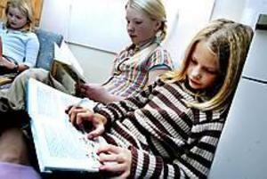 Freja Oldeen och Lisa Enbom har hittat ett mysigt hörn där de kan sitta och läsa. Lisa Enbom berättar att hon brukar läsa lite då och då i vanliga fall men att hon läser mer än vanligt nu när det är tävling. Foto: NICK BLACKMON