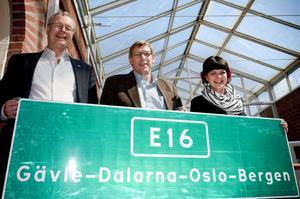 Mikael Rosén (M) Falun, Nils Persson (S) Borlänge och Sofia Jarl (C) Gagnef får vänta på att se de gröna Europavägsskyltarna ska komma upp.
