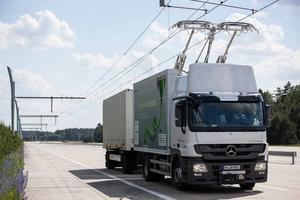 Lastbilarna får sin el via strömavtagare.