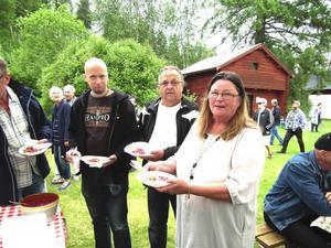 Marthin Jönsson, John Sjödin och Elisabeth Elfving med varsin portion Reselekams