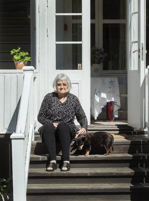Kompanjonen, vallhunden Mimmi, är med när Barbro Lindgren besöker Vimmerby under Almaveckan som kulminerar med prisutdelningen i Stockholm om en vecka.