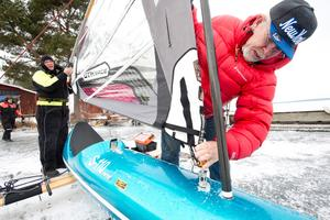 """Fixar seglet. Lasse Carlsson gör i ordning sin isjakt. Den här gången blåser det inte så hårt, men det gjorde det dagen innan stormen """"Gudrun"""" 2005. """"Det blåste 22–25 sekundmeter hela dagen, jag var uppe i 105 kilometer i timmen med isjakten"""", säger han."""