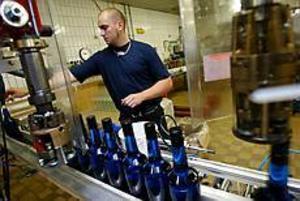 Foto:LASSE WIGERTButeljerad smak. Anders Backlund sköter maskinerna i Bar Kings fabrikslokaler i Gävle.